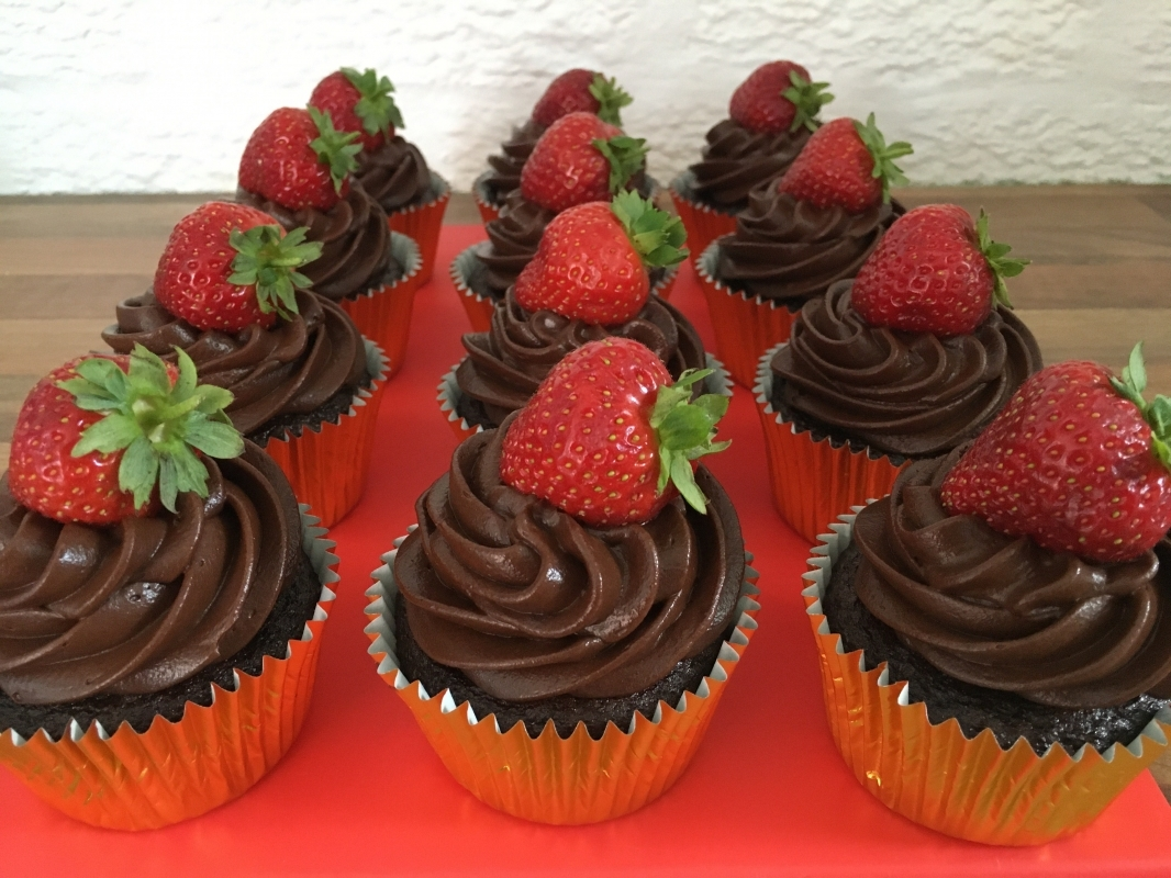chocolate-cupcakes-with-chocolate-mousse-frosting-and-fresh-strawberry-gluten-free-august-2020.jpg