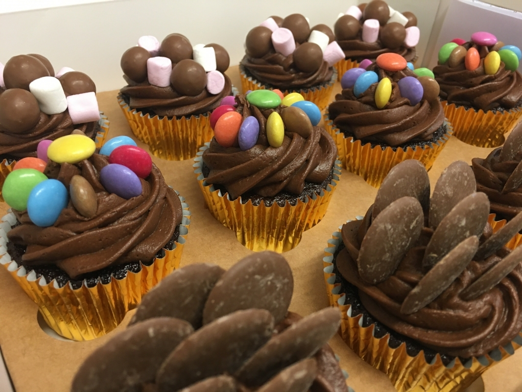 chocolate-sweeties-cupcakes-in-gift-box-march-2021-4.jpg