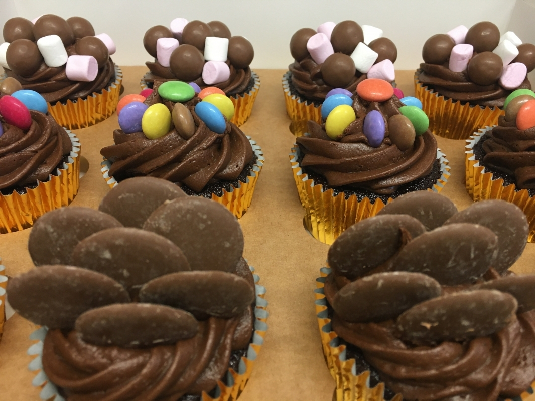 chocolate-sweeties-cupcakes-in-gift-box-march-2021-6-001.jpg