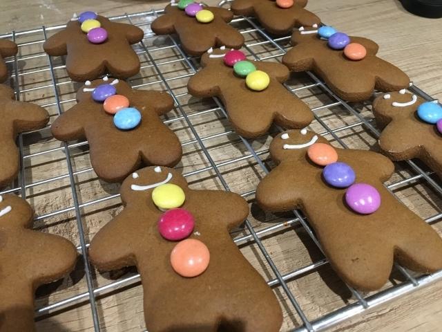 gingerbread-men-with-smarties-buttons.jpg