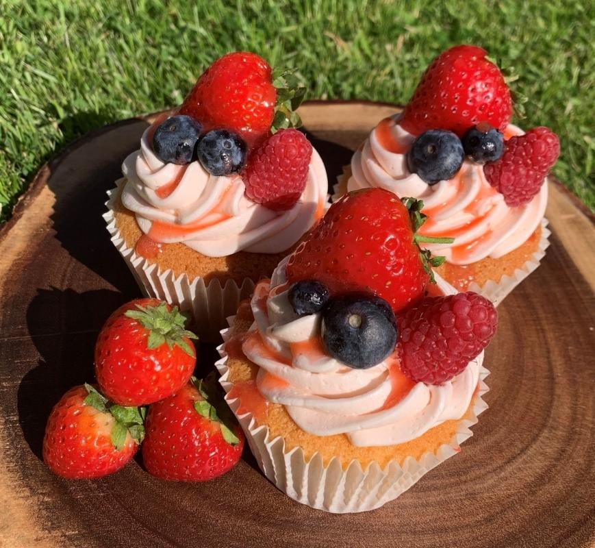 summer-fruit-cupcakes-in-garden-2-.jpg