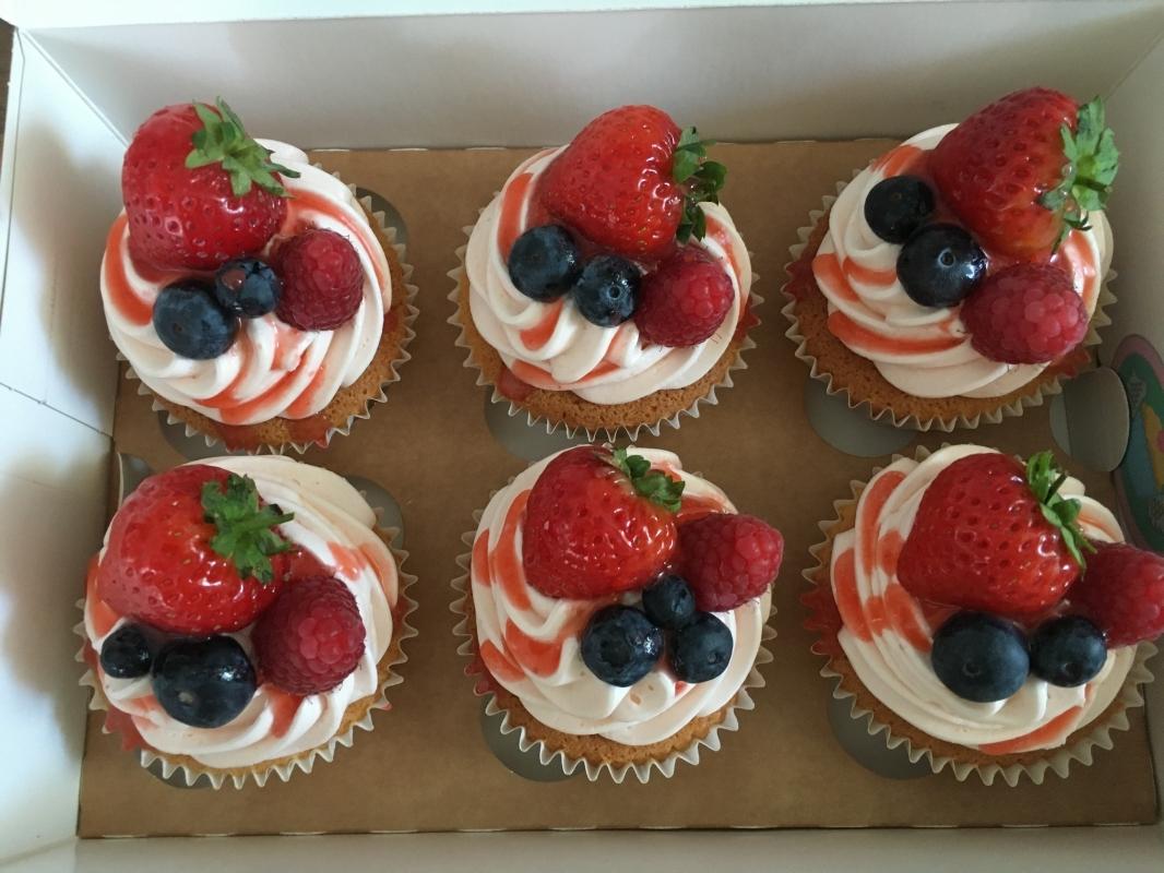 summer-fruit-cupcakes-in-gift-box-3.jpg