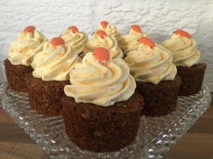 carrot-orange-mini-cakes-with-orange-buttercream-and-edible-carrot-decoration-on-cake-stand-january-2021-3.jpg