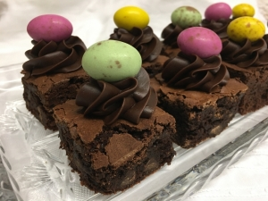 easter-chocolate-fudge-brownies-with-chocolat-ganache-and-candied-egg-decoration-2021.jpg