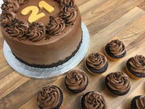 gluten-free-chocolate-fudge-cake-with-mini-cupcakes-21st-birthday-january-2021.jpg