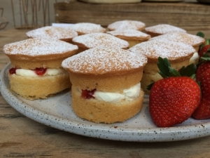 mini-victoria-sponge-cakes-with-fresh-cream-and-strawberry-conserve.jpg